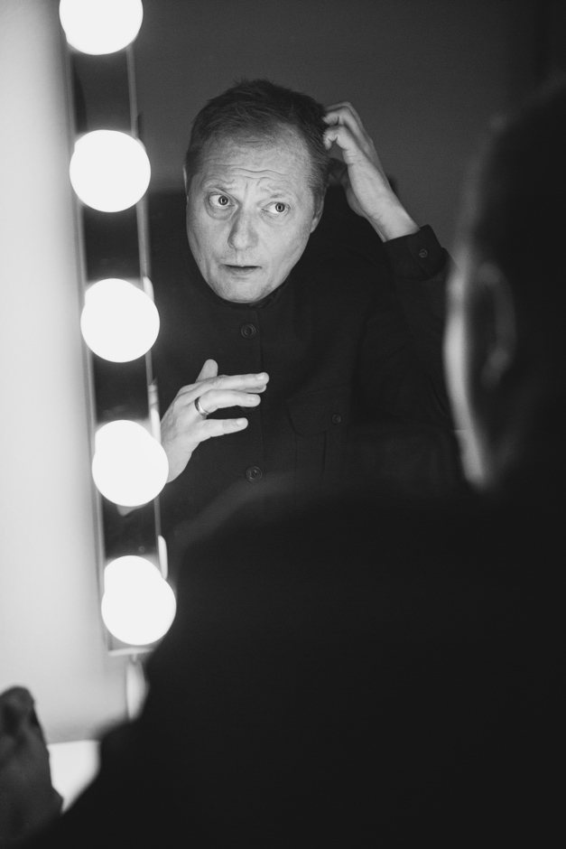 Magnus Carlson framför spegeln i sin loge