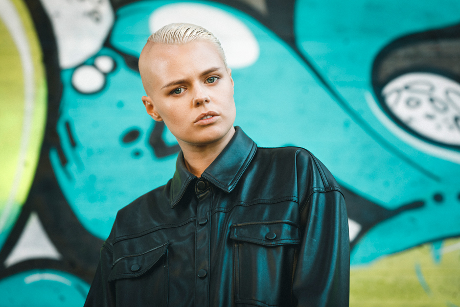 Porträtt av Rein mot graffitivägg