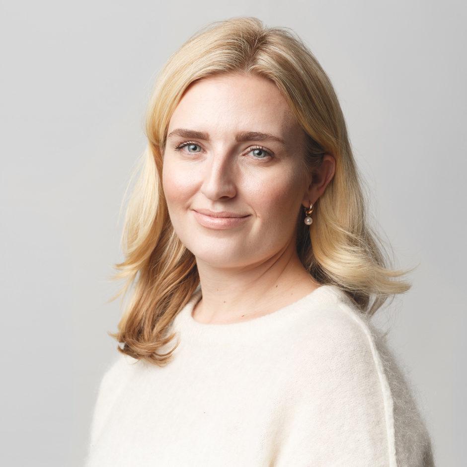 Företagsporträtt kvinna mot ljus bakgrund