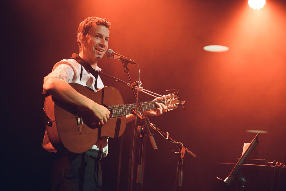 Carl Johan Lundgren framför låtar av Vit Päls.