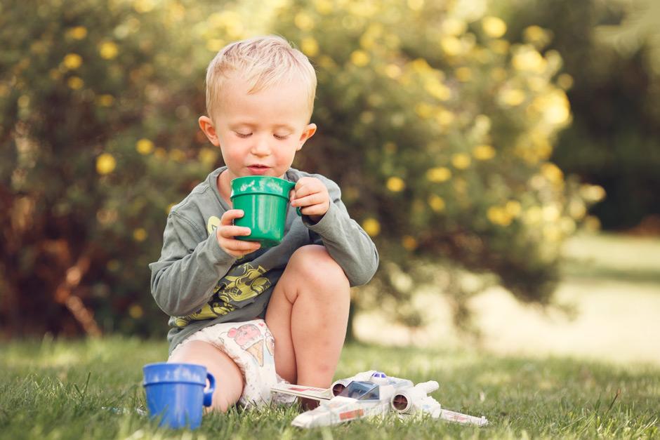 Barnfotografering i trädgård