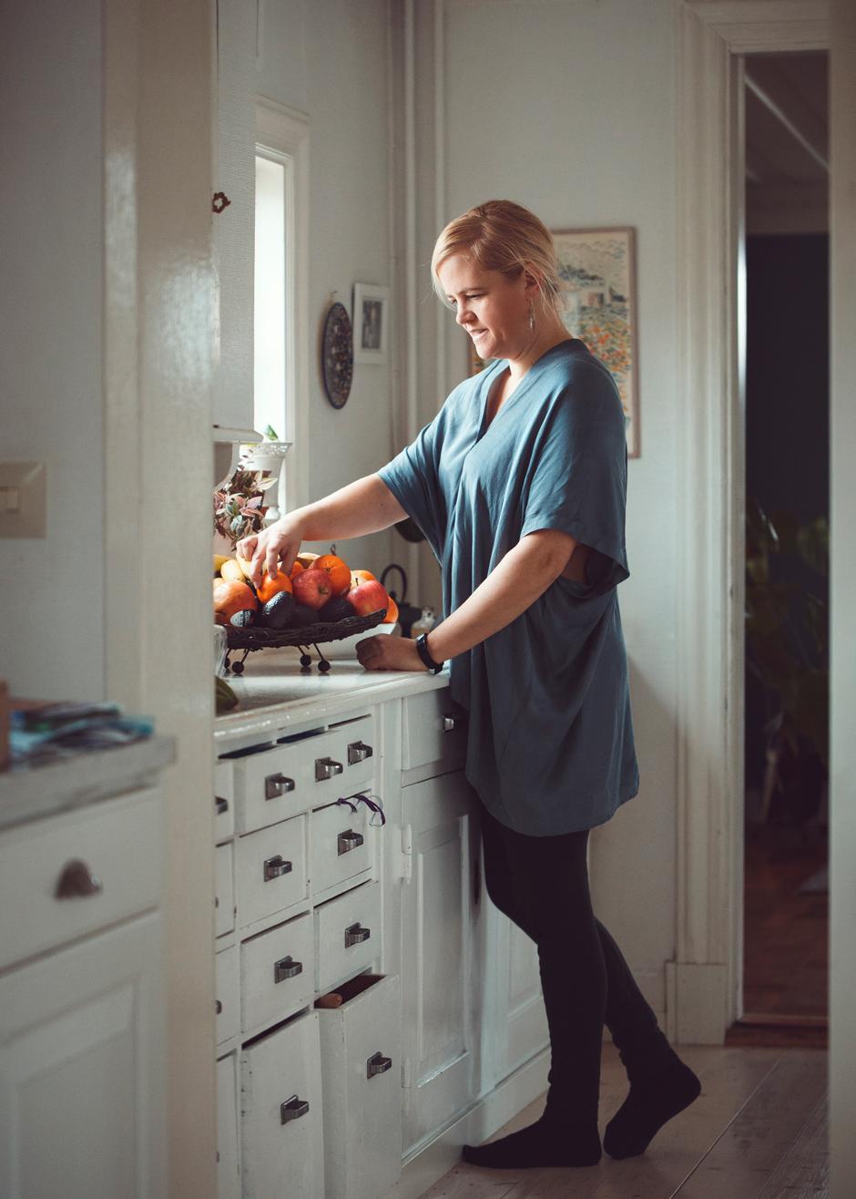 Johanna Stål vid köksfönstret.